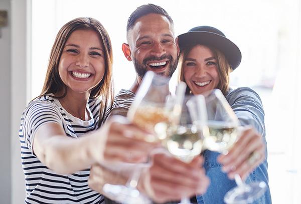 Weinprobe mit Freunden